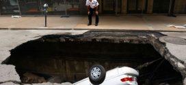 Un Enorme Bache en EEUU se Traga un Auto Entero