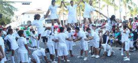 Vallartenses y Turistas Celebran Colorido Desfile Revolucionario